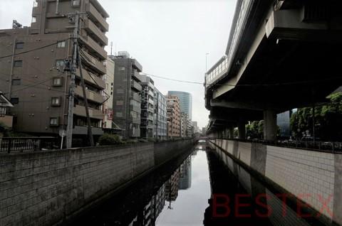 高速とマンション